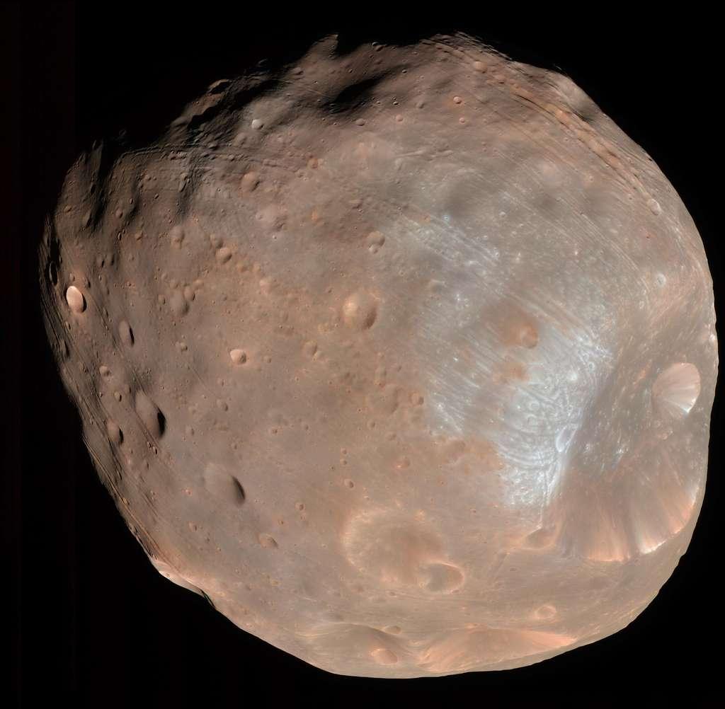 Phobos, un objectif bien plus facile à atteindre et un beau balcon au-dessus de la Planète rouge. © Nasa, université d'Arizona