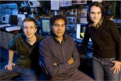 De gauche à droite, Chris Moon, Hari Manoharan et Laila Mattos, trois des chercheurs qui ont participé au travail. © Stanford University