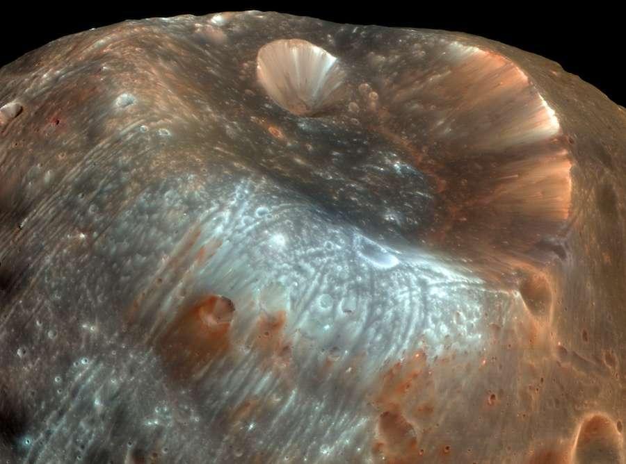 Le cratère Stickney, large de 10 km. Si Phobos n'était pas aussi poreux, l'impact aurait pu briser ce petit satellite naturel de Mars. © Nasa