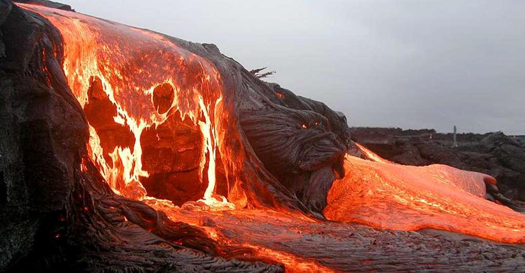 Lac de lave du Pu'u O'o, dans le massif du Kilauea, à Hawaï. La température est de l'ordre de 1.150 degrés. © Yann, DP