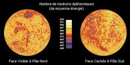 """Relevé de la distribution des neutrons de moyenne énergie (épithermiques) au pôle Sud de la Lune sur toute sa surface. Dans les deux cas, mis à part quelques """"points chauds"""" localisés, on remarque une faible concentration de neutrons de moyenne énergie et donc un excès d'hydrogène près des pôles. Cet hydrogène est la signature de la glace d'eau cachée au fond des cratères escarpés et des failles qui ne voient jamais la lumière du Soleil. Crédits : NASA/ARC."""