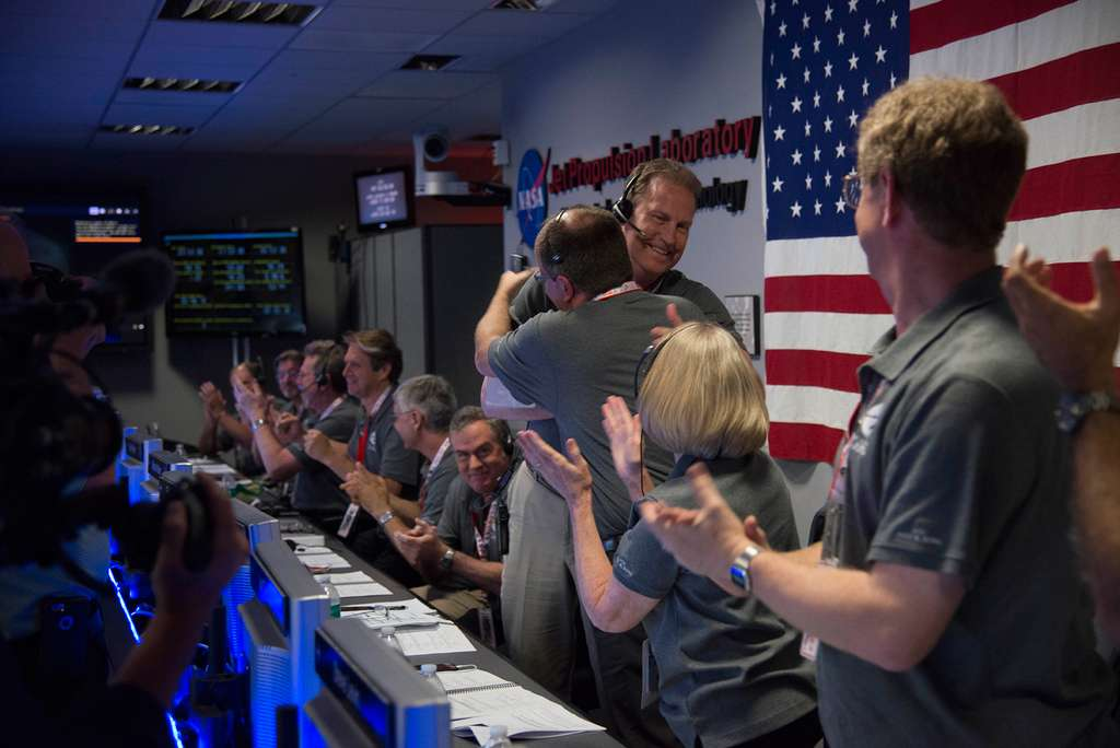 Un tonnerre d'applaudissements de toute l'équipe de la mission a accueilli l'annonce du succès de cette phase d'insertion en orbite. © Nasa, JPL-Caltech