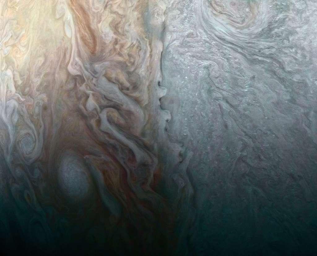 Une grande tempête dans la partie droite, aux latitudes moyennes, se frotte à une zone dominée par d'autres conditions atmosphériques. © Nasa, JPL-Caltech, SwRI, MSSS, Roman Tkachenko