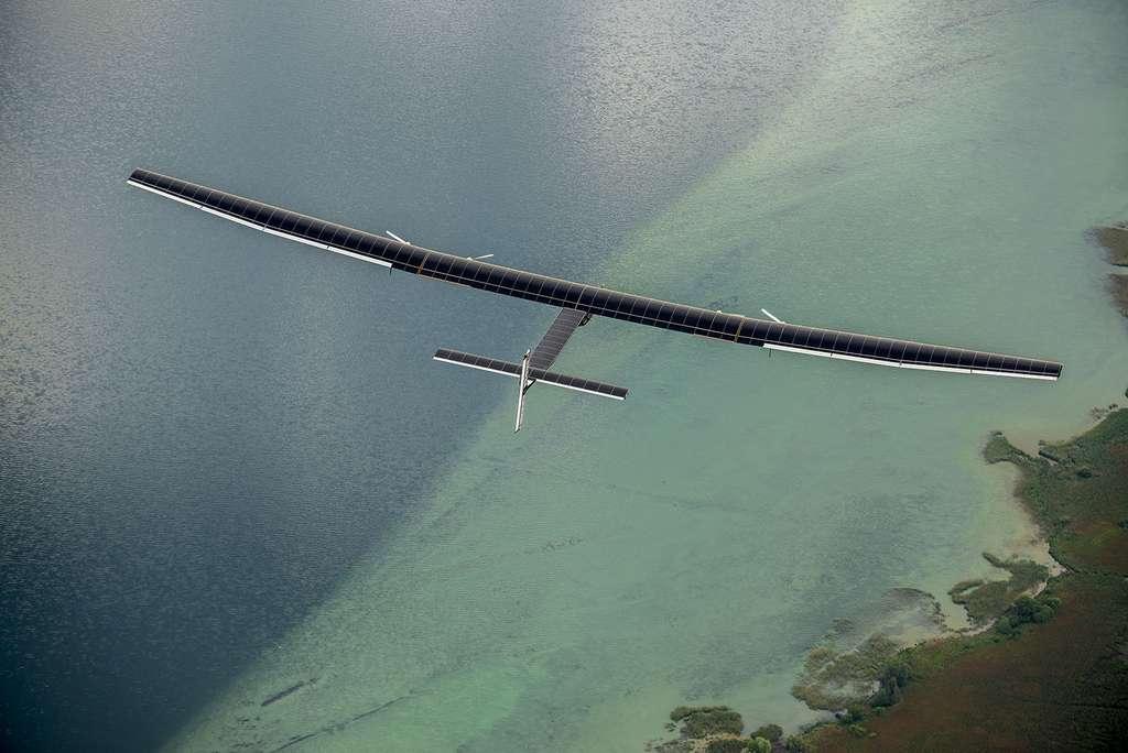 L'avion solaire « Solar Impulse » en vol au-dessus de la Suisse. © Solar Impulse, Revillard, Rezo.ch, tous droits réservés