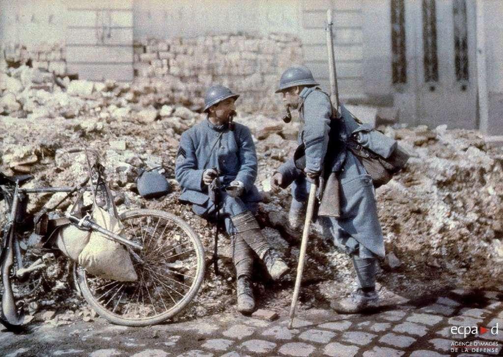 """Soldats en uniforme """"bleu horizon"""", Première Guerre mondiale. Agence d'images de la Défense. © ECPAD."""
