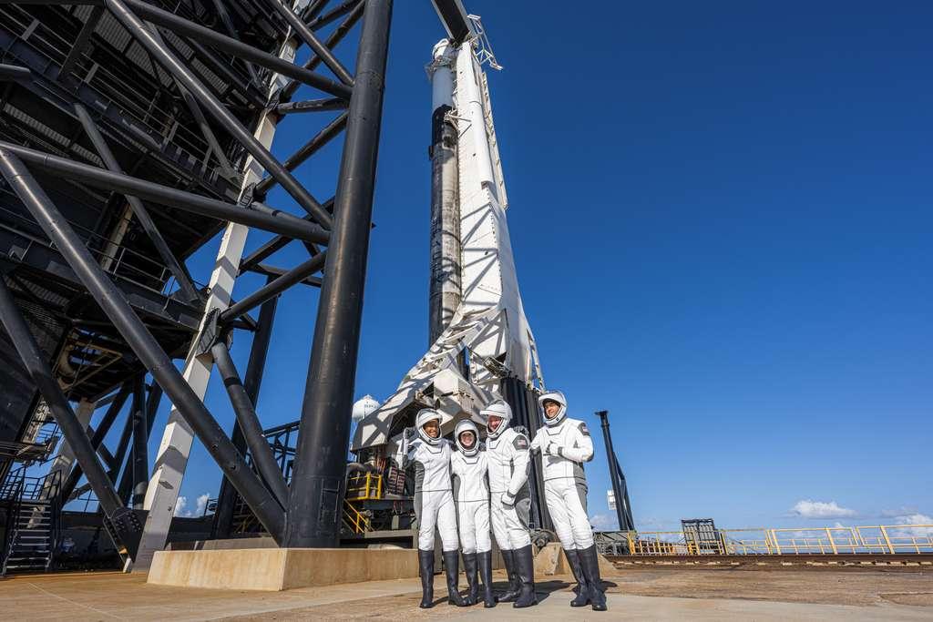L'équipage d'Inspiration4 posant devant son lanceur et le Crew Dragon à bord duquel il s'est envolé dans l'espace. © SpaceX, John Kraus