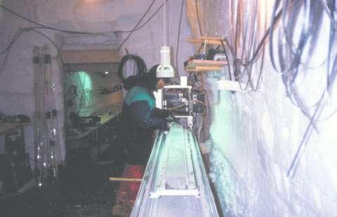 Analyses in situ. Dès la remontée de la carotte, les analyses (non destructives) commencent dans la tranchée scientifique creusée à même la glace (ici à GRIP, au Groenland). © DR