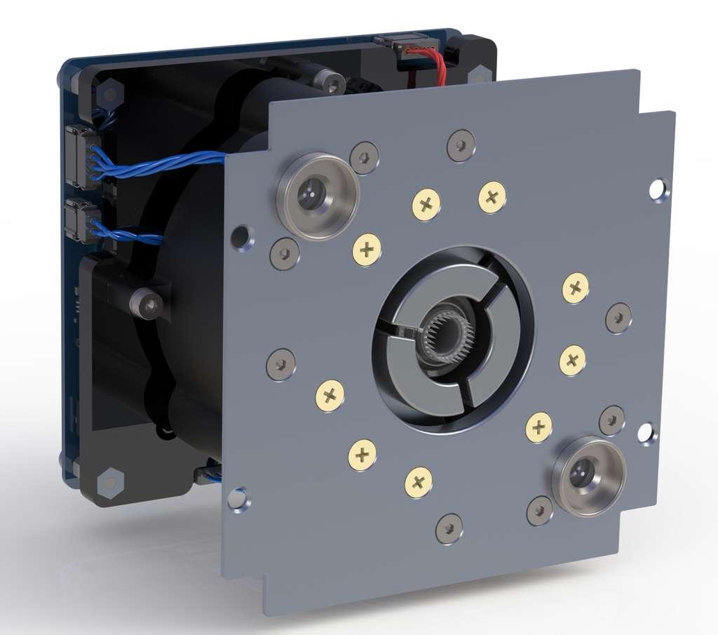 Le propulseur IFM nano SE avec ses trois électrodes d'accélération. Dans la version standard de ce moteur, il y a seulement une électrode, c'est-à-dire un cercle de sorte que le faisceau est aligné avec l'axe du moteur. En séparant l'électrode en trois arcs, le faisceau ne sera évidemment plus symétrique et le vecteur de poussée sera orienté vers la partie en question. © Enpulsion
