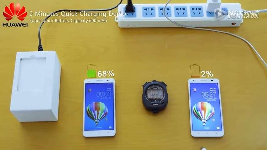 Sur cette capture extraite d'une des vidéos de démonstration diffusées par Huawei, on voit à gauche le prototype de chargeur haute vitesse. Il a servi à charger la batterie lithium-ion de 600 mAh modifiée avec des hétéroatomes liés aux molécules de graphite dans l'anode. Le smartphone situé à droite du chronomètre est doté d'une batterie équivalente d'origine. Au bout de deux minutes de charge, la batterie prototype a récupéré 68 % de son autonomie tandis que la jauge de la batterie « classique » n'affiche que 2 %. © Huawei Tech Corp.