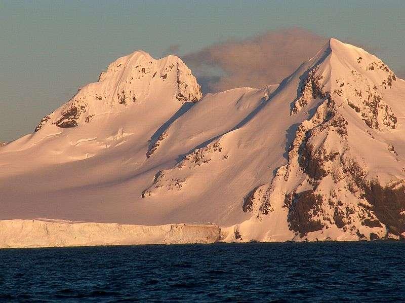 L'Antarctique est au pôle Sud. C'est un continent recouvert de plus d'1,6 km de glace. La température peut atteindre - 89,2 °C. Le continent terrestre est tout de même visible, car il existe des chaînes de montagne, dont le point culminant est le dôme A qui culmine à 4.093 m. © Wikimedia, GNU