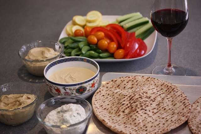 Le régime méditerranéen est riche en fruits, légumes, céréales, huile d'olive. Il contient un peu de vin. © Meal Makeover Moms, Flickr, CC by-nd 2.0