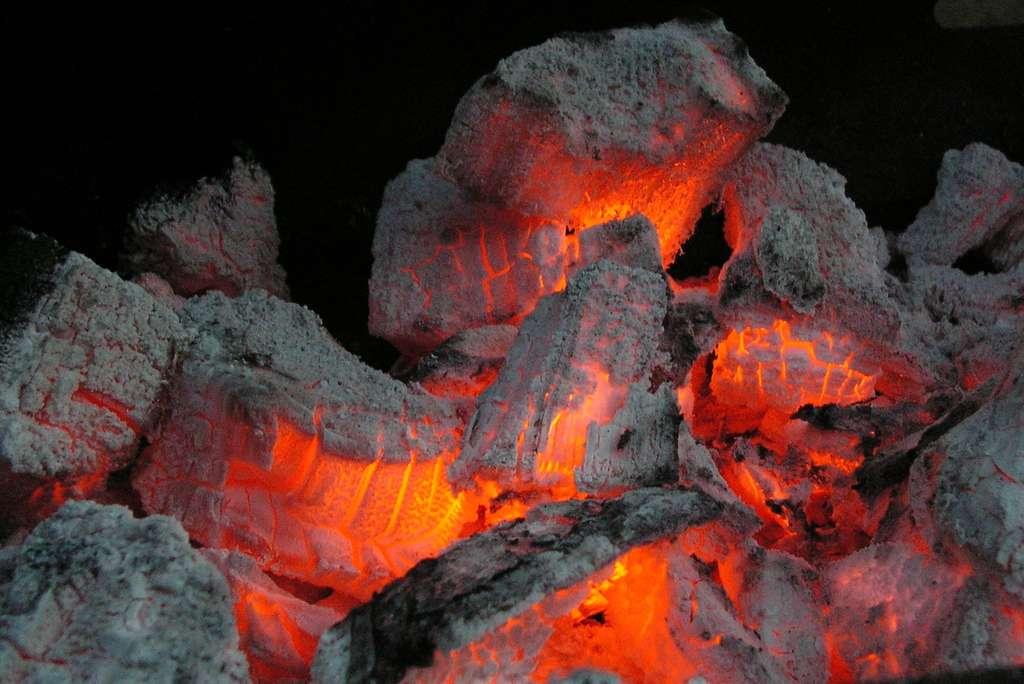 Le rayonnement des braises d'un feu est composé de lumière infrarouge. © Jens Buurgaard Nielsen, Domaine public