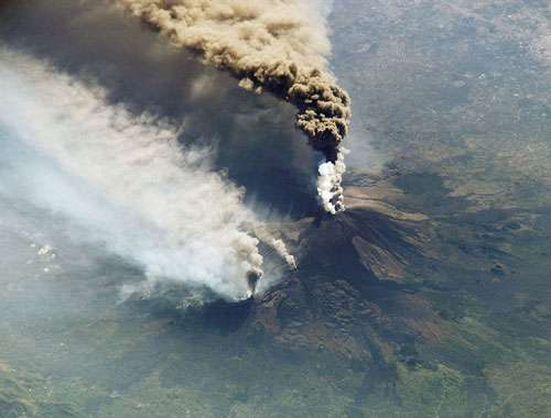 Eruption de l'Etna en 2002, photographiée depuis la Station Spatiale Internationale. © NASA