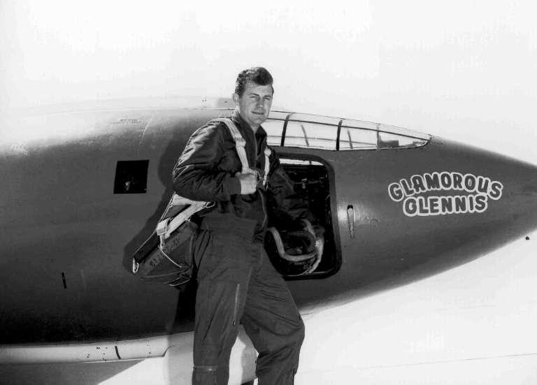 Chuck Yeager devant le BX-1 surnommé « Glamorous Glennis » avec lequel il a franchi le mur du son. © U.S. Air Force