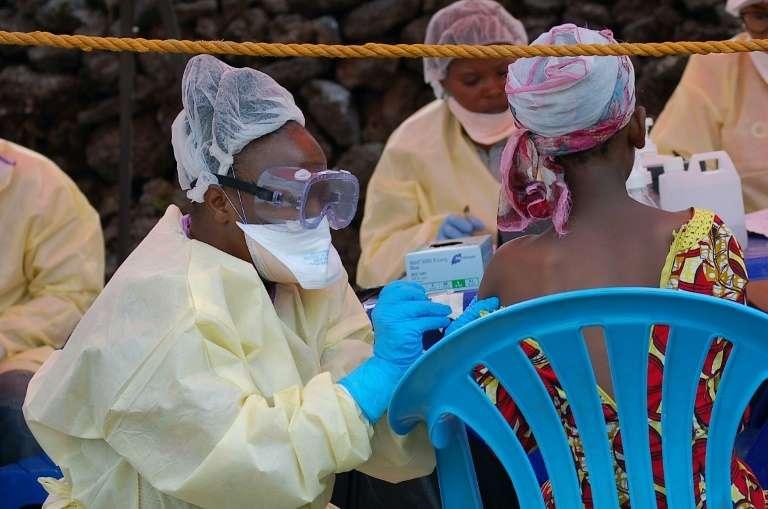 Une jeune fille se fait vacciner contre Ebola par une infirmière à Goma, en République démocratique du Congo, le 7 août 2019. © Augustin Wamenya, AFP, Archives