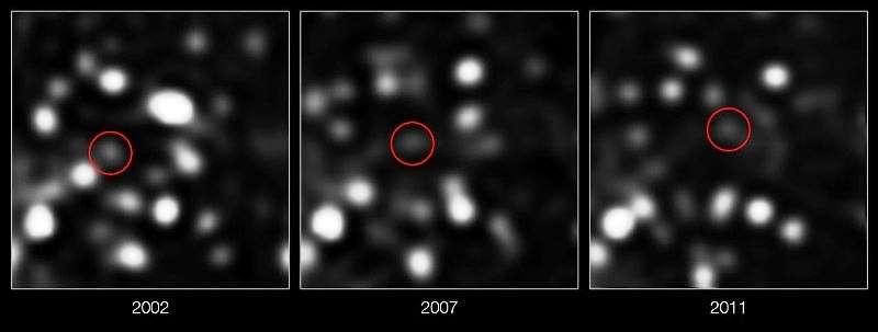 Sur ces images prises avec le VLT de l'ESO, on voit encerclé de rouge le nuage de gaz qui fonce vers l'horizon du trou noir central. © ESO/MPE