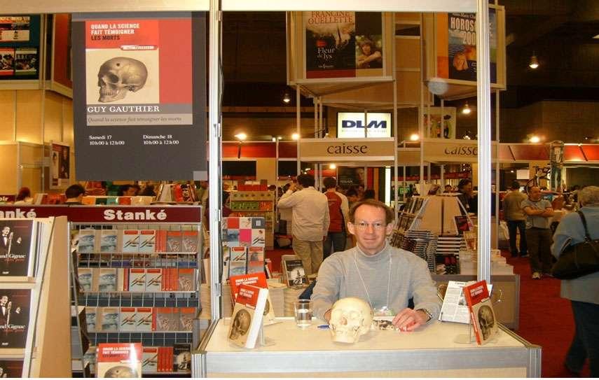 Guy Gauthier lors de la présentation de son livre, Secrets d'ossements, des éditions EDP Sciences © Guy Gauthier