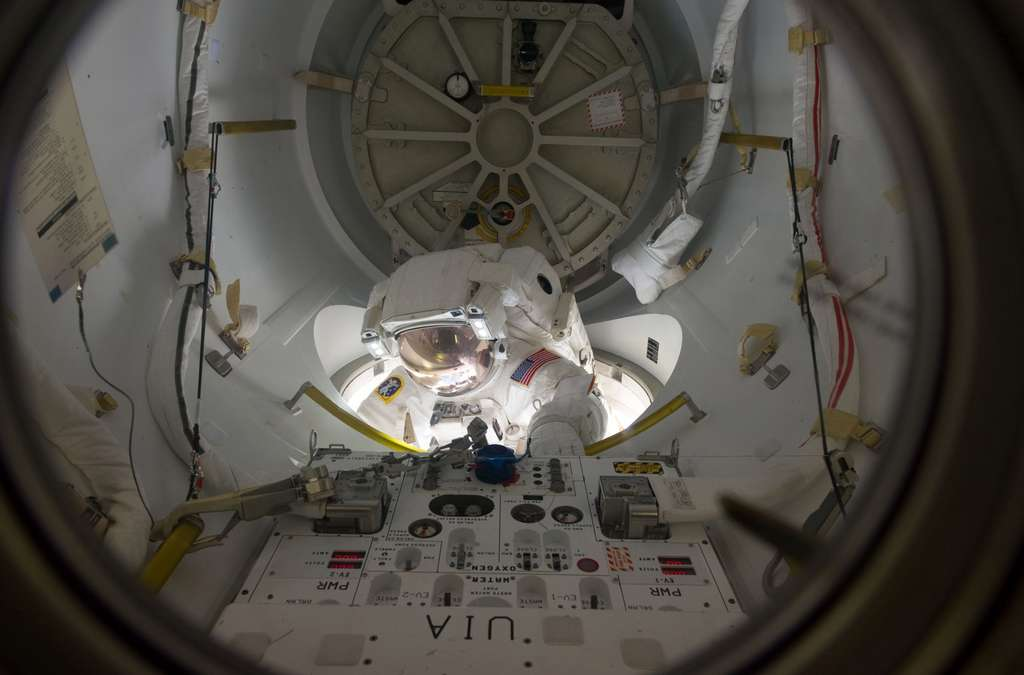 Alvin Drew sortant du sas Quest Airlock lors de la première EVA de la mission. Ce module, également utilisé par les cosmonautes russes pour sortir dans l'espace, n'a pas été simple à concevoir car il doit s'adapter aux combinaisons différentes des Américains et des Russes. © Nasa