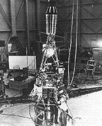 Ranger 1 en voie d'assemblage. Crédit JPL