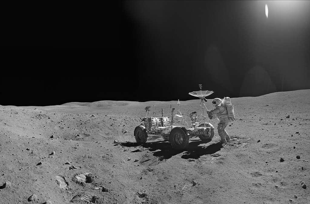 "John Young aligne l'antenne de sa ""jeep"" vers la Terre."