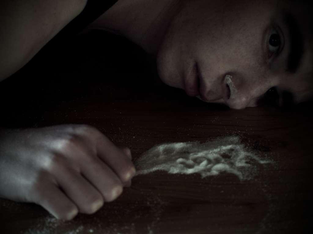 La cocaïne fait des ravages. Si elle procure des sensations recherchées (stimulation intellectuelle, assurance etc.), elle provoque des dégâts à plus long terme : problèmes cardiaques, nécrose tissulaire ou des troubles psychiques. Consommée à haute dose, elle peut être mortelle. © Andrew Stichbury, Flickr, cc by nc nd 2.0