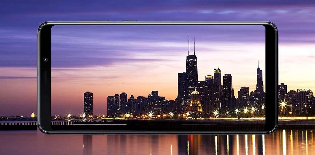 Avec son design de mobile haut de gamme, son dos de verre et son écran de 6,3 pouces Amoled, le Galaxy A9 reprend les attributs physiques des smartphones vedettes. Extérieurement, il ne lui manque qu'une encoche, mais Samsung n'aime pas ce procédé. © Samsung
