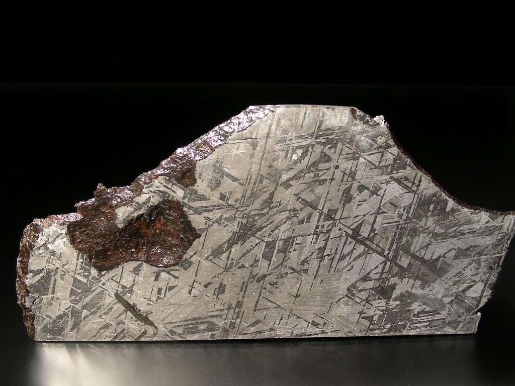 On voit sur cette image une coupe de la météorite Gibeon, une sidérite octaédrite classée IV A, trouvée en Namibie en 1836. La belle structure de ses figures de Widmanstätten et son excellent état de conservation en font la météorite la plus utilisée en bijouterie mais pour les géologues, elle donne des indices sur l'aspect du noyau en fer et en nickel de la Terre. © L. Carion, carionmineraux.com