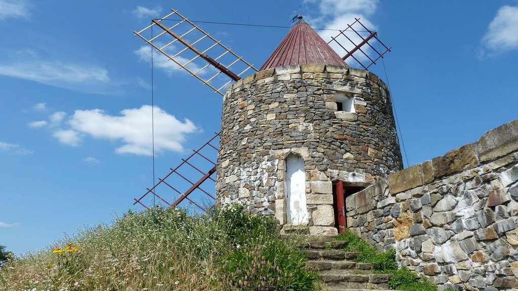 Un moulin à vent en pierre au Portugal