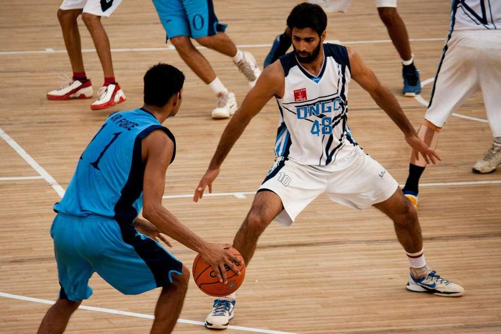 Les sports collectifs comme le basket-ball peuvent témoigner d'un bon relationnel. © PDPics, Pixabay, DP