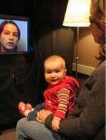 « Lorsque celle qui parle change de langue, le film est plus intéressant » nous explique ce bébé. Crédit : Infant Studies Centre