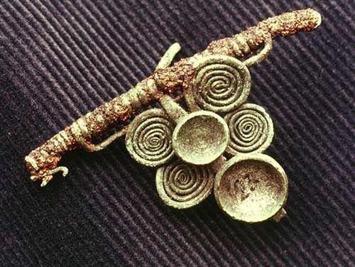 Fibule en bronze étamé (forêt de Haguenau, fin VIe - début Ve siècle av. J.-C.) © Photo André Beauquel, tous droits de reproduction interdits