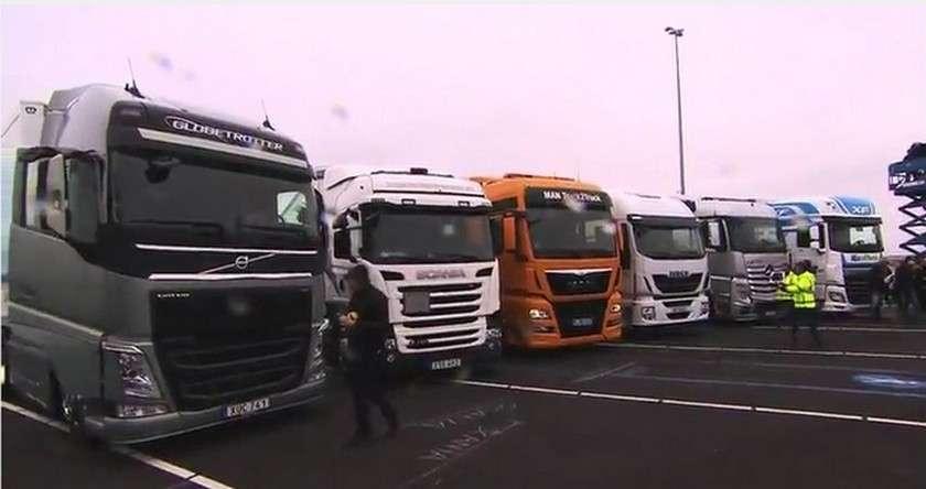Les camions des six constructeurs sont arrivés tous en même temps au port de Rotterdam par un temps pluvieux. © Junave IP-SNG, European Truck Platooning Challenge, YouTube