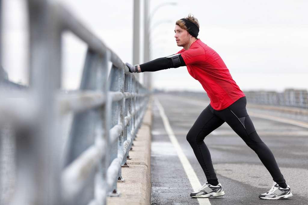 Pour faire passer la crampe, il faut doucement étirer le muscle et activer la musculature opposée, par exemple en s'appuyant sur un mur ou une rambarde. © Maridav, Fotolia
