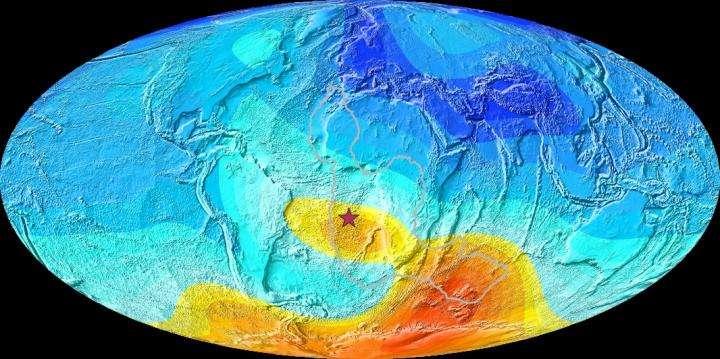 Une carte de la Terre montrant l'écart actuel par rapport à la direction attendue du champ magnétique. Les écarts importants sont en jaune-orange et les petits écarts sont en bleu. L'étoile est l'île Sainte-Hélène, qui est au cœur de l'anomalie. La ligne grise montre le contour de la zone sismique qui est plus chaude que le reste du manteau. © Dr Yael Engbers, université de Liverpool
