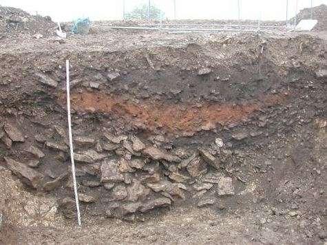 Une couche rougeâtre, riche en éléments fondus, surmonte un niveau noirci : voilà un exemple de la « couche 4000 », en Charente, dans un fossé datant du Néolithique final (fouilles de Claude Burnez. Crédit : Marie-Agnès Courty