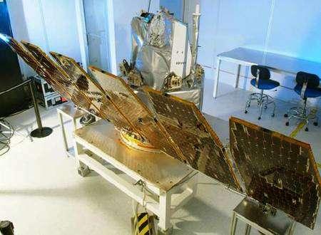 Le satellite AIM au banc dans les laboratoires d'Orbital, tous panneaux solaires déployés. Crédit Orbital Sciences