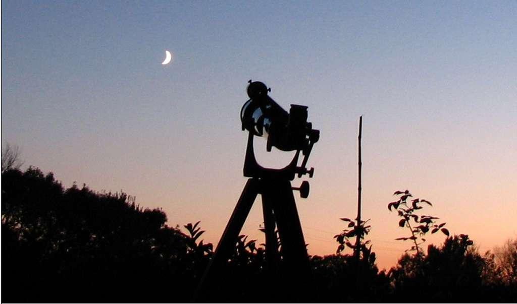 Télescope braqué en direction de la Lune, à Frangy-en-Bresse, en Saône-et Loire. © Élisabeth Piotelat