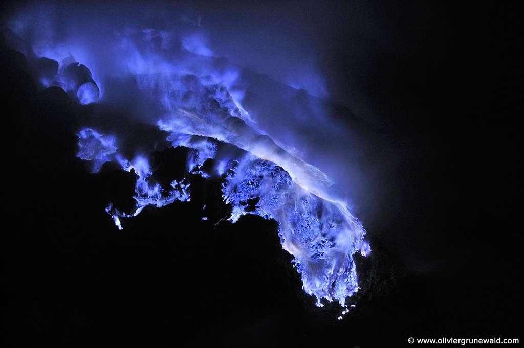 Un tel ballet de bleu, dégoulinant du cratère du volcan, est époustouflant. © Olivier Grunewald, tous droits réservés