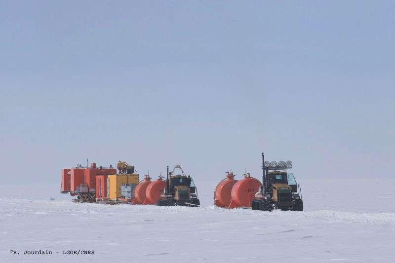 Antarctique : convoi de matériel tiré par des tracteurs
