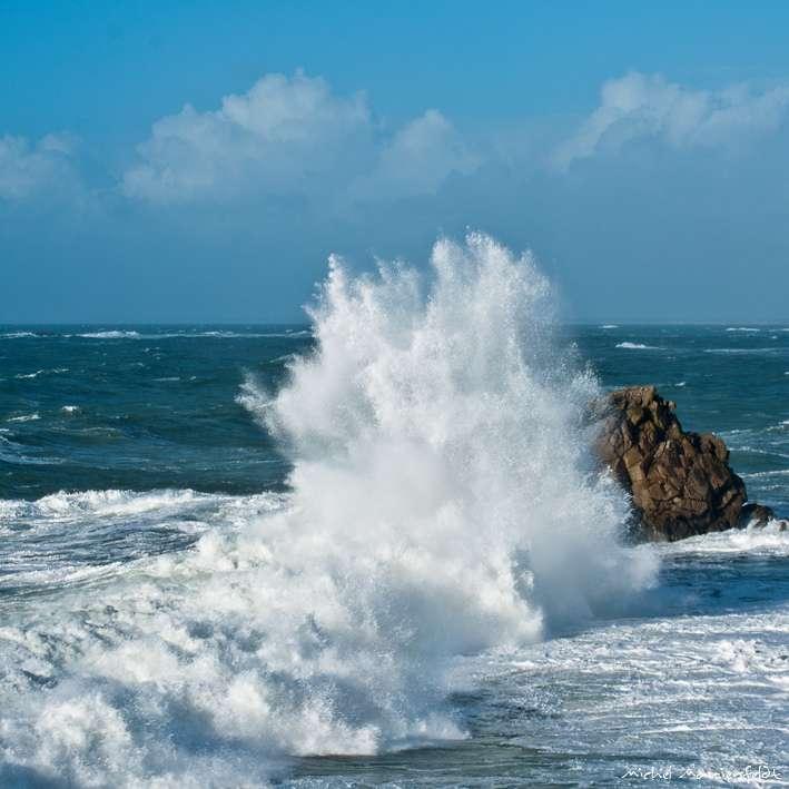L'érosion du littoral dépend de la force des vagues, mais aussi des vents, des courants océaniques et de la flore qui fixent les terrains bordant l'eau. © Telomi, cc by nc nd 2.0