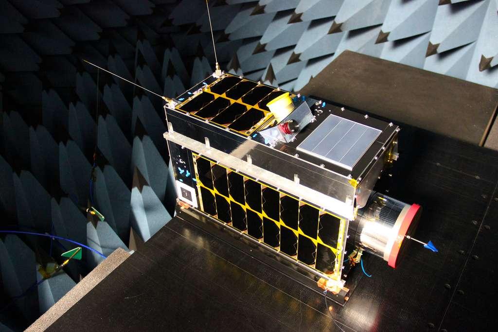 Le satellite Iris lors de ses essais en chambre anéchoïque. © GHGSat