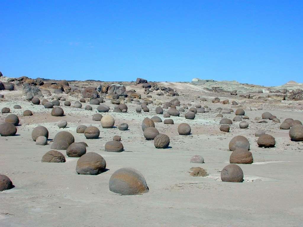 Ces énormes boules de pierre de la Vallée de la Lune semblent avoir été disposées là comme par enchantement. © Cancha de Bochas © Pablo BD, Flickr