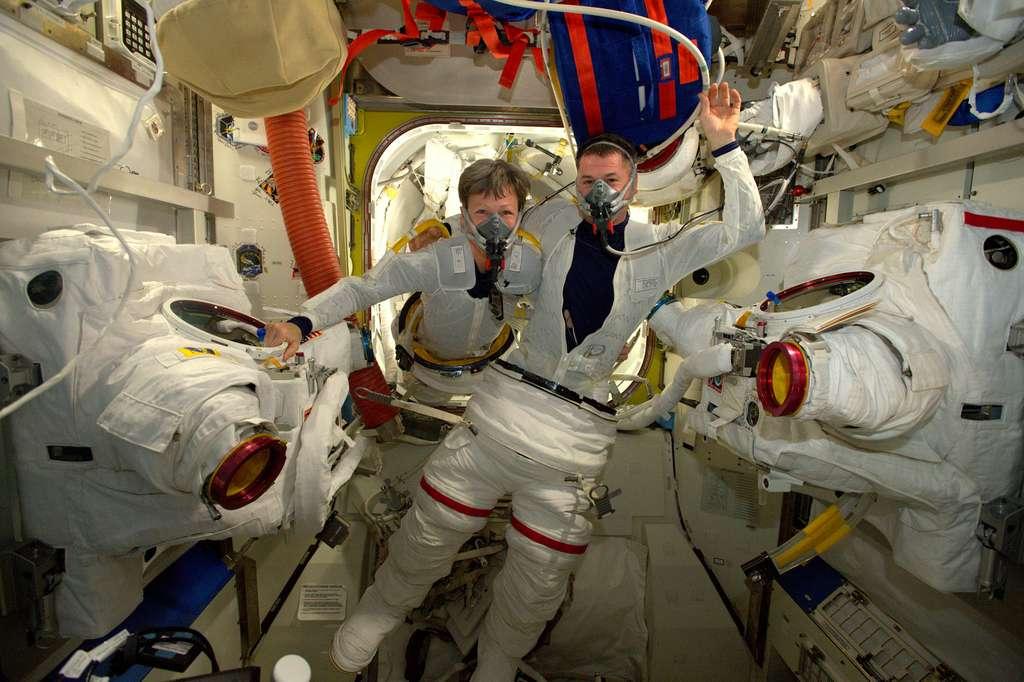 Peggy Whitson et Shane Kimbrough se préparant pour sortir dans l'espace (6 janvier 2017). Ils sont ici vus en train de respirer de l'oxygène pur, sous la surveillance de Thomas Pesquet. Quand la photo a été prise, il restait encore 250 étapes de procédures avant qu'ils puissent sortir… ! © ESA, Nasa