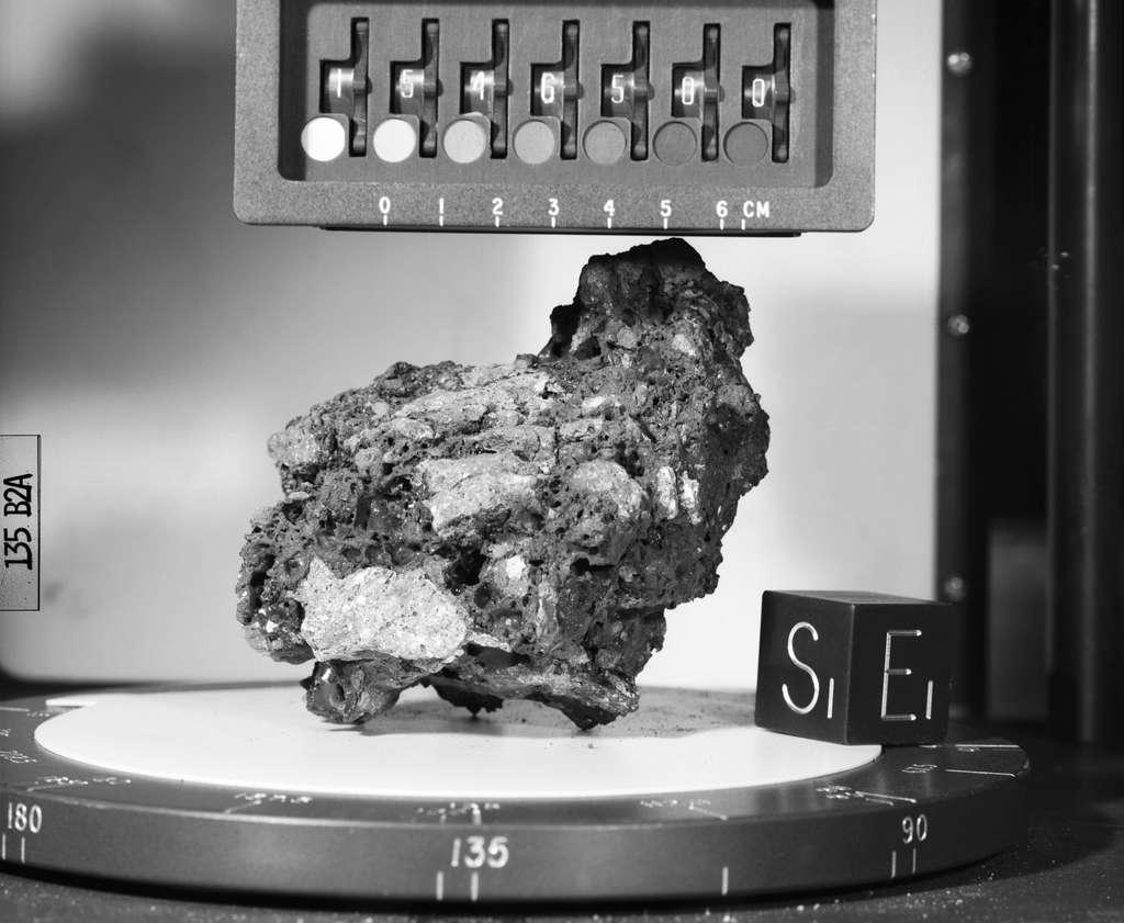 L'échantillon de roche lunaire numéroté 15465 ramené sur Terre lors de la mission Apollo 15. © Nasa