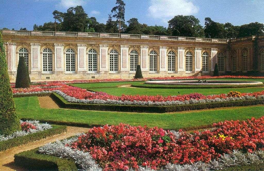 Vue des parterres du Grand Trianon. Il a été construit en 1687 par Louis XIV. © Kallgan, Wikimedia Commons, cc by sa 3.0