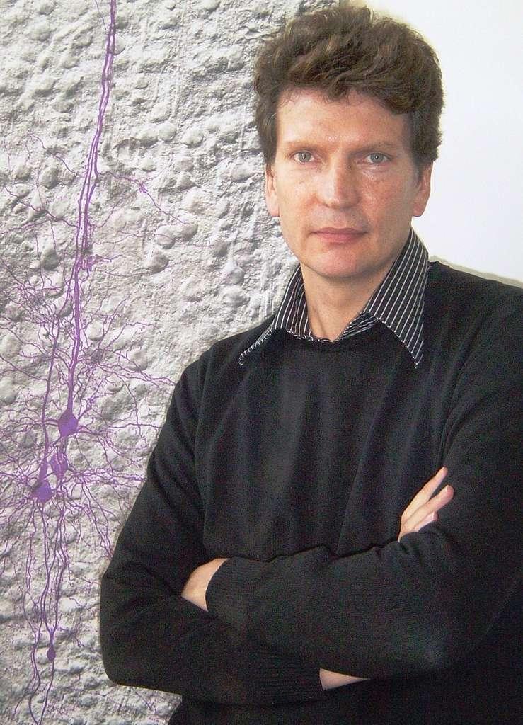 Henry Markram est un brillant chercheur en neurosciences. Il a commencé sa carrière en Afrique du Sud dans les années 1980, allant ensuite en Israël, puis à l'École polytechnique fédérale de Lausanne (EPFL), où il a fondé le Brain Mind Institute, en 2002