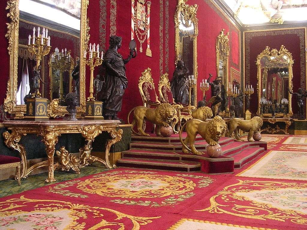 Salle du Trône aux murs recouverts de velours de Gênes cramoisi. Quatre lions dorés protègent symboliquement le trône. ©Fabio Alessandro Locati, Wikimedia Commons, CC by-sa 3.0