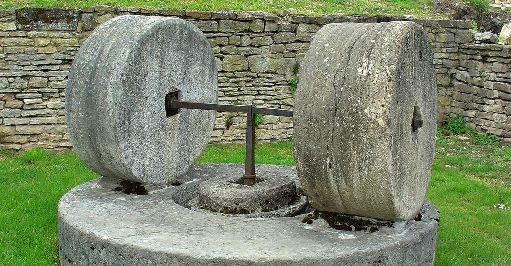 Paire de meules utilisée pour réduire en poudre le gypse. Berzé-la-ville, Saône et Loire (71), France. © Yelkrokoyade, CC BY-NC 3.0