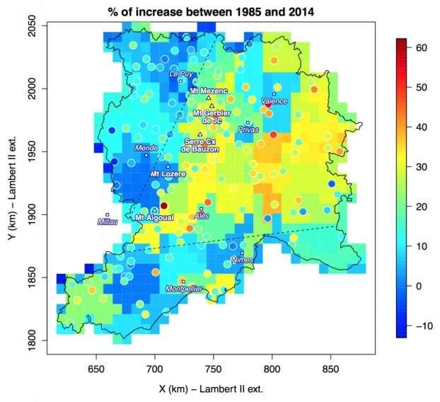 Augmentation relative des maxima annuels de cumuls quotidiens de pluie entre 1985 et 2014 par rapport à la moyenne des maxima de la série, pour les données des pluviomètres (ronds) et pour les données Safran (carrés, échelle de 8 x 8 km2). Les plus fortes augmentations (jusqu'à 60 %) issues des données ponctuelles des pluviomètres sont observées sur l'arête des Cévennes. Cette tendance connaît néanmoins une forte variabilité entre stations pluviométriques et c'est pourquoi elle apparaît atténuée avec les données Safran. Inversement, dans la vallée du Rhône, cette variabilité entre stations étant plus faible, les augmentations issues des données Safran y atteignent des valeurs relativement fortes (de 20 à 30 %), comparables aux tendances ponctuelles. Une forte variabilité de la tendance est également observée à l'échelle régionale avec une augmentation statistiquement significative de 20 à 60 % des maxima annuels dans la moitié est de la région, incluant la pente des Cévennes et une partie de la vallée du Rhône (délimitée par le V en pointillé), mais sans aucune tendance significative dans le Massif central et le pourtour méditerranéen. © CNRS