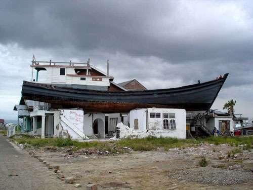 Le tsunami du 26 décembre 2004 à Sumatra - Indonésie : la mer en avançant puis en se retirant a déposé des bateaux un peu partout dans la zone dévastée, parfois à plus de deux kilomètres à l'intérieur des terres ! © P. Wassmer